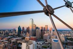 Даллас, городской пейзаж Техаса с голубым небом на заходе солнца стоковые фото