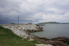 Далекий взгляд пути прогулки к пристани на национальном парке Khao Laem Ya Стоковое фото RF