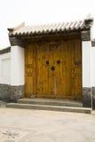Двери античного здания Китая азиата большие деревянные, серые плитки, белые стены, деревянное окно Стоковая Фотография RF