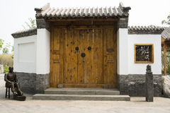 Двери античного здания Китая азиата большие деревянные, серые плитки, белые стены, деревянное окно Стоковая Фотография
