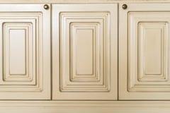Двери белого кухонного шкафа конца-вверх деревянные Стоковая Фотография