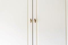 Двери белого кухонного шкафа конца-вверх деревянные Стоковые Фото