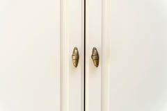 Двери белого кухонного шкафа конца-вверх деревянные Стоковое Изображение
