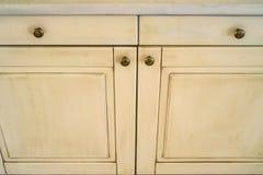 Двери белого кухонного шкафа конца-вверх деревянные Стоковые Фотографии RF