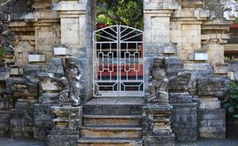 Двери виска на Бали Индонезии, индонезийской религиозной архитектуре стоковые фотографии rf