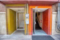 2 двери в центре города ` s Аризоны Prescott историческом стоковое фото rf