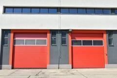 Двери гаража здания пожарного депо Стоковые Фотографии RF