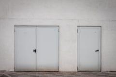 Двери закрытые External на белой стене Стоковые Изображения