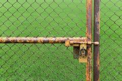 Двери заржавели польза железной загородки запертая не лужайка стоковые изображения
