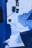 Двери и голубая стена chefchaouen Стоковые Изображения RF
