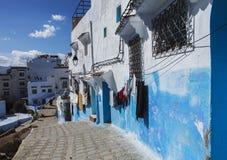 Двери и голубая стена chefchaouen Стоковое фото RF