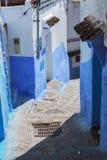 Двери и голубая стена chefchaouen Стоковые Изображения