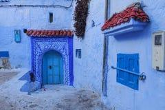 Двери и голубая стена chefchaouen Стоковые Фотографии RF