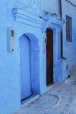 Двери и голубая стена chefchaouen Стоковые Фото