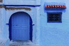 Двери и голубая стена chefchaouen Стоковая Фотография