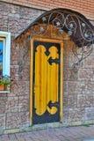 Двери и сень в ретро стиле архитектуры стоковые фотографии rf