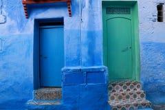 2 двери, один голубой и один зеленый цвет, с традиционными плитками стоковое изображение rf