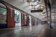 Двери раскрывают на поезде трубки стоковые фотографии rf