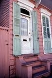 Двери с зелеными деревянными штарками на доме в французском квартале новом o Стоковые Изображения