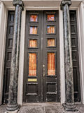 Двери с столбцами в французском квартале Стоковое Фото