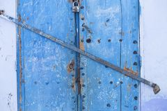 Двери, улицы, баки, голубые цвета в морокканской деревне Che Стоковые Изображения
