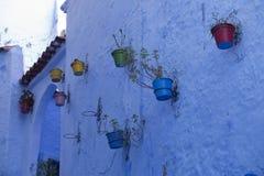 Двери, улицы, баки, голубые цвета в морокканской деревне Che Стоковое Фото