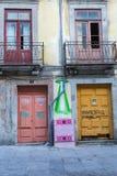 Двери Colofrul и старое Windows в португальской улице Стоковая Фотография RF