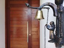 Дверной звонок на входе дома стоковые фото