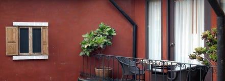 дверь балкона кресла вне ставит на обсуждение Стоковое Изображение RF