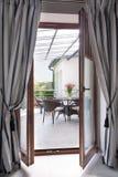 Дверь балкона с занавесами Стоковые Изображения RF