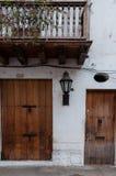 Дверь Брайна деревянная белого колониального фронта дома внутри Стоковые Фото