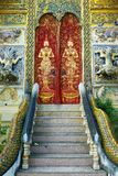 Дверь буддийского виска в Чиангмае, Таиланде Стоковая Фотография