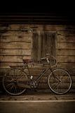 Дверь велосипеда и древесины коричневого цвета старого типа стоковое фото rf