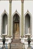 Дверь виска Wat Phra Kaew, Бангкок Таиланда Стоковые Фотографии RF