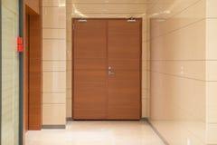 Дверь внутри коммерчески здания стоковое изображение rf
