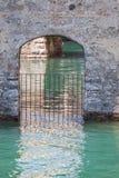 Дверь в воде в замке Scaliger в Sirmione Озеро Garda - назначение перемещения в Италии стоковое изображение rf