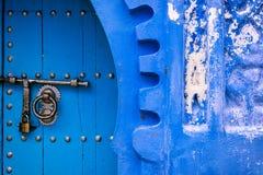 Дверь в городке Chefchaouen, в Марокко Стоковое Фото
