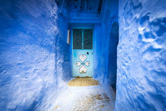 Дверь в городке Chefchaouen, в Марокко Стоковая Фотография