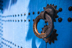Дверь в городке Chefchaouen, в Марокко Стоковое фото RF