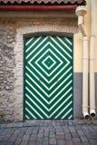Дверь в зеленых и белых нашивках в Таллине Стоковое Фото