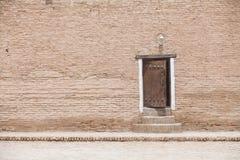 Дверь в кирпичной стене стоковые изображения