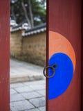 Дверь в святыне Sungsinjeon в Кёнджу, южном Kore Стоковые Изображения RF