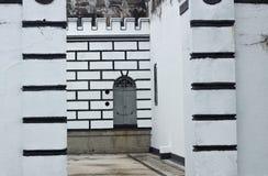 Дверь в сером входе цвета войск форта стоковое фото rf