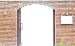 Дверь в старой кирпичной стене изолированной на белой предпосылке, cli Стоковая Фотография