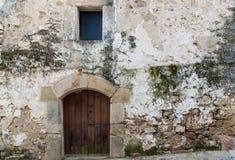 Дверь в старом каменном доме Стоковые Фото