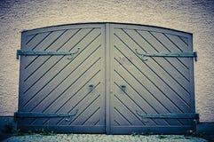 Дверь гаража в ретро винтажных цветах Удвойте, который встали на сторону двери современного гаража в здании Стоковое Изображение RF