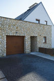 Дверь гаража и вход кирпича Стоковое Фото