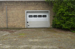 Дверь гаража на кирпичной стене Стоковое Изображение RF