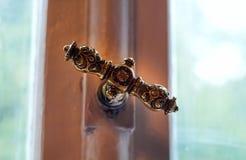 Дверь года сбора винограда железная или ручка окна с handmade орнаментами, концепция предметов антиквариата, естественный свет, к стоковая фотография