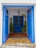 Дверь дома в деревне стоковая фотография
